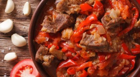 لحم الغنم مع الطماطم والفلفل الأحمر