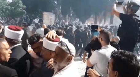 بالفيديو .. إصابة عشرات الفلسطينيين في اشتباكات بين المصلين والشرطة الإسرائيلية