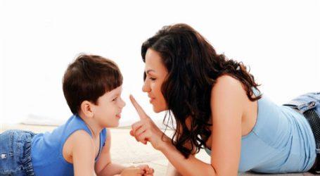 3 سلوكيات سلبية تؤثر على نفسية أبنائك.. تعرفي عليها الأب والأم يعدان القدوة والمثل الأعلى لأطفالهم، خاصة في السنوات الأولى من أعمارهم، لذلك لا بدّ أن يلتفت الوالدان لكل سلوك وتصرف يصدر منهما، وانعكاسه على نفسية وسلوكيات الطفل. وتشير دكتورة عبلة إبراهيم، أستاذ التربية، إلى أنه لا بدّ على الوالدين أن يدققا في كل سلوك يصدر عنهما أمام الأطفال؛ حتى لا نبث فيهم بعض السلوكيات أو العادات، أو حتى الخصال السلبية، فهناك سلوكيات معتادة قد تعلم أبنائنا الكذب، أو السلبية، أو حتى الوسواس، دون أن نلتفت لذلك. وتحذر الدكتورة عبلة، من بعض السلوكيات الاجتماعية والحياتية، التي تترك أثرا سيئا في عقلية ونفسية الطفل، وهو ما تستعرضه في السطور التالية: الوسواس القهري: – لا بدّ أن نلتفت لسلوكياتنا الخاصة بالنظافة والنظام، وإن كان أحد الآباء مصاب بداء النظافة أو النظام المفرط، والذي تحول معه لوسواس، فعليه أن يلتفت لسلوكياته، حتى لا يزرع هذه المشاعر في نفوس الأطفال، وذلك من خلال التحايل في بعض السلوكيات. فعلى سبيل إن كان الأب مصابا بداء النظافة، ويخاف على سيارته، ويمنع الأطفال من تناول أي شيء فيها، فبدلا من حرمان الأطفال، وتصدير هذه السلوكيات لهم، يمكن تعويد الأطفال على وضع بعض المناشف أو المناديل عند تناول أي مقرمشات أو حلويات بالسيارة، وعند الانتهاء يتخلصون منها في أكياس بلاستيكية، فهنا نكون قد عودناهم على النظافة، وفي نفس الوقت لم نحرمهم من الاستمتاع، ولم نصدر لهم الوسواس القهري. الكذب: أحيانا يضطر الوالدين إلى التهرب من أحد الأشخاص، أو أن يريد ألا يخبره بشيء يتعلق به، فيلجأ لبعض الأكاذيب الصغيرة، كالطلب من الطفل أن يرد على التليفون، ويخبرهم أن الوالد غير موجود، أو أن يحادث أحد أصدقائه بغير الحقيقة أمام الطفل، وهنا سيتعلم الطفل الكذب، ولحل هذه المسألة، يمكن عدم الرد على التليفون في هذا اليوم على الإطلاق، أو استخدام خاصية إظهار رقم الطالب، وعدم الرد على الإطلاق على الرقم الذي لا يريد محادثة صاحبه، وكذلك عدم الحديث أمام الأطفال مع الأصدقاء. الغضب: في حالة معاناة أحد الوالدين من العصبية المفرطة، يمكن للطرف الآخر ألا يثير أعصابه أمام الأطفال، وإذا حدث وتفجرت عصبيته أمام الأطفال، فعلى الطرف الأخر أيضا أن يكون هو المتحكم، فيمكن إدخال الأطفال غرفهم، وإبعادهم عن ثورة أحد الوالدين، حتى لا يتعلمون الع