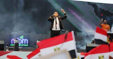 صور.. محمود الليثى يشعل حماس المشاركين بتظاهرة فى حب مصر بالمنصة
