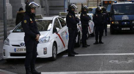 إسبانيا … الشرطة تحاول تفريق محتجين في برشلونة