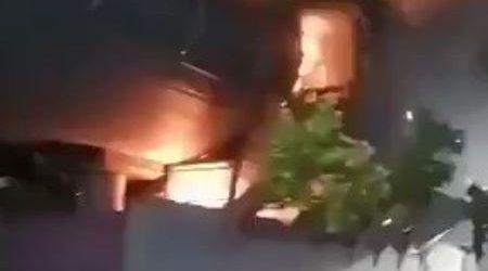 محتجون يشعلون النيران بمحطات المترو في تشيلي احتجاجا على رفع أسعار التذاكر