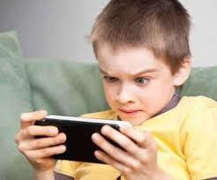 قضاء الأطفال وقتا طويلا أمام الشاشات يؤثر على تطورهم فى القراءة والكتابة