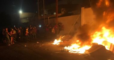 متظاهرون عراقيون يحرقون القنصلية الإيرانية فى النجف ويرفعون علم العراق عليها