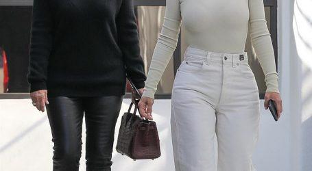 كيم كاردشيان ووالدتها بإطلالات محتشمة فى لوس أنجلوس
