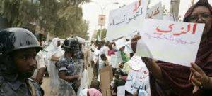 سيدات يتظاهرن بأطفالهن للمطالبة بحقوق المرأة في قانون الأحوال الشخصية