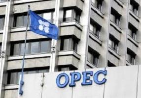النفط يتراجع مع استعداد أوبك لبحث المزيد من خفض الإنتاج