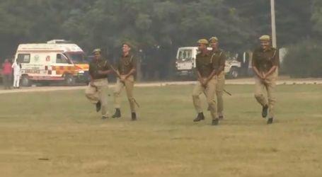 الشرطة الهندية تمتطي العصي بدلا من الخيول… فيديو