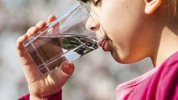 هل تناول 8 أكواب من الماء يوميا أمر صحي؟..أعرف شروط تناول الماء