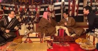 رئيس الوزراء اليابانى بالزى السعودى فى خيمة مع الأمير محمد بن سلمان.. فيديو