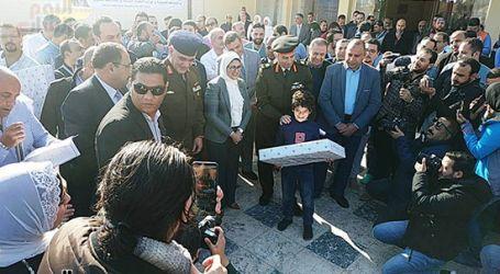 وزيرة الصحة توزع هدايا على أطفال المصريين العائدين من الصين