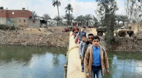 أهالى كفر أبو الديب بالشرقية يطالبون بإنشاء كوبرى مشاة.. صور