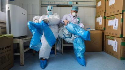 أطباء صينيون يزرعون رئتين لمريض مصاب بفيروس كورونا