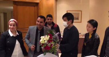 المصريون يقدمون الورود للشاب الصينى ضحية التنمر على الدائرى