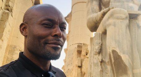 """على الرغم من تخوفات انتشار """"كورونا"""".. النجم العالمي ولاعب الكرة جيمي جين لويس يروج للسياحة في مصر.. ويؤكد """"مصر آمنة"""""""