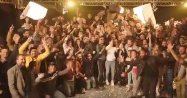 """محمد رمضان ينشر على صفحته بفيس بوك فيديو لاحتفاله مع فريق عمل """"البرنس"""" بانتهاء التصوير"""