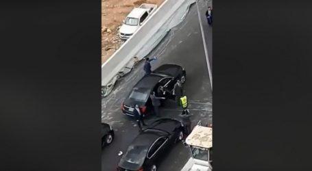 فيديو جديد.. السيسي ينزل من سيارته ويأمر بتوزيع كمامات على العمال