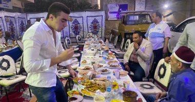 صور.. برلمانى يتجاهل إجراءات كورونا ويقيم مائدة إفطار لزملائه وسط القاهرة