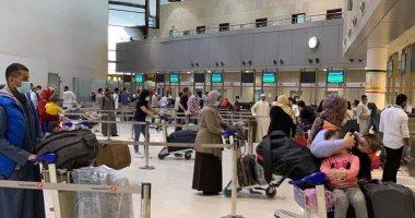 بدء عودة المصريين العالقين بالكويت.. صور