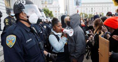 قوات مكافحة الشغب تستخدم الغاز المسيل لتفريق المتظاهرين أمام البيت الأبيض