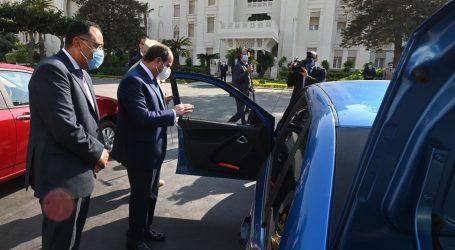 السيسى يتفقد نماذج السيارات الحديثة المجهزة للعمل بالغاز الطبيعى