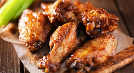 أجنحة الدجاج بصوص البافلو على طريقة المطاعم