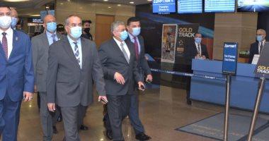 وزير الطيران يتابع تنفيذ قرار تقديم الركاب شهادة PCR بمطار القاهرة.. صور