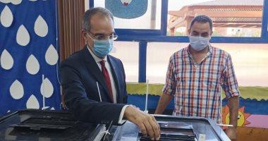 وزير الاتصالات يدلى بصوته فى انتخابات مجلس النواب بالشيخ زايد