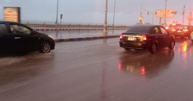 ارتفاع منسوب مياه الأمطار على كورنيش الإسكندرية وكثافات مرورية