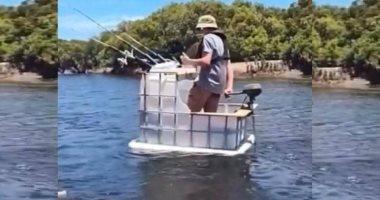 الحاجة أم الاختراع..صياد أسترالى يصنع قارب بمحرك من خزان مياه بلاستيك..فيديو