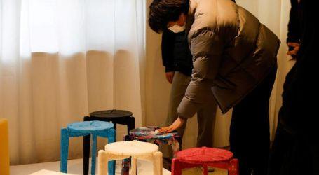 استغلال الأزمة.. طالب كورى جنوبى يصنع كراسى من الكمامات المستعملة.. صور