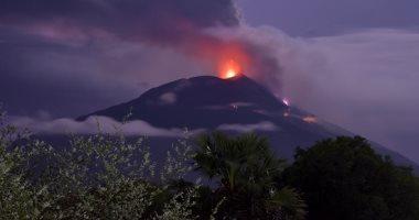 ثوران بركان ميرابى فى إندونيسيا مطلقا رماده حتى مسافة 3 كم