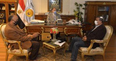 محافظ أسيوط يلتقى نائب رئيس هيئة الطرق لمناقشة خطة الرصف