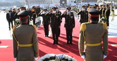 وزير الدفاع يضع إكليل الزهور على النصب التذكارى للشهداء