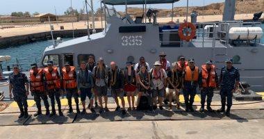 اليخت والسياح ورجال القوات البحرية